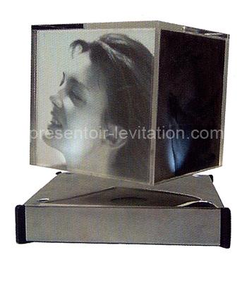 cadre photo : cube avec photos en suspension sur base métallique
