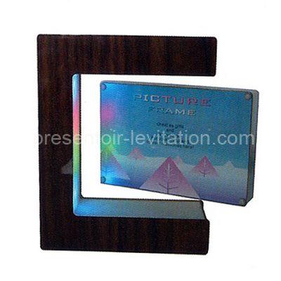 cadre photo -cadre en bois en forme de C avec photographie flottant à une extrémité
