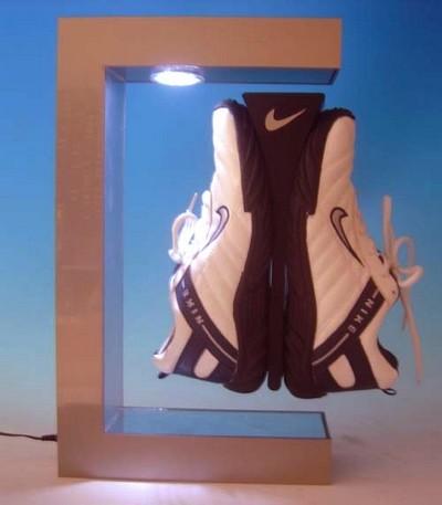 présentoir pour magasin - présentoir à lévitation mettant en valeur une paire de chaussures de sports éclairées par le sommet du cadre magnétique