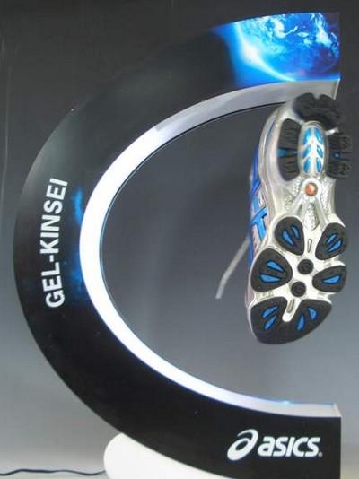 plv marketing - présentoir à lévitation présentant une chaussure en train de flotter