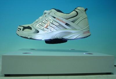 plv présentoir à lévitation - chaussure de sport lévitant au dessus de sa base avec éclairage à led