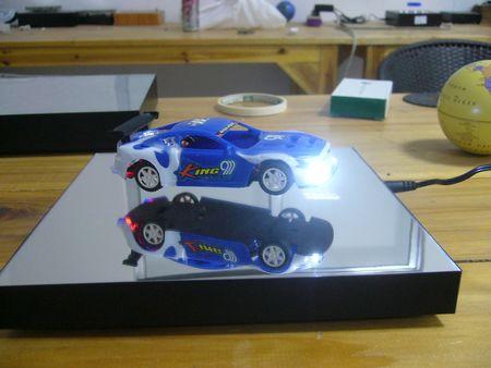 plv comptoir - présentoir à lévitation faisant flotter une automobile et alimentant les phares par induction